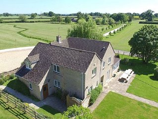 The Cotswold Manor Lodge, Exclusive Hot Tub, Games Barn, 70 acres of Parkland