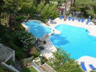 Sanremo: Elegante appartamento  con piscina condominiale su due piani vista mare