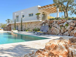Private villa, rural setting, 2 ensuite bedrooms, own salt-based pool, 5km from