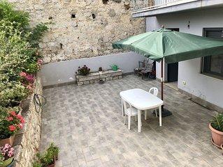 Appartamento confortevole al centro del paese con magnifico giardino per relax