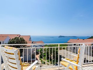 Comfortable apartment with amazing seaview and private balcony,free parking,WIFI