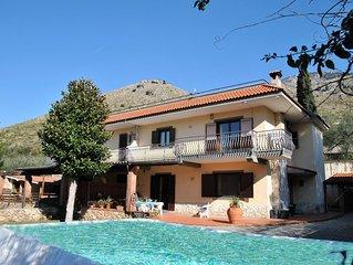 Villa Glicine in periferia di Formia con giardino privato