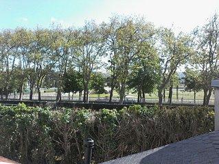 Maison et jardin agreables dans quartier de qualite.