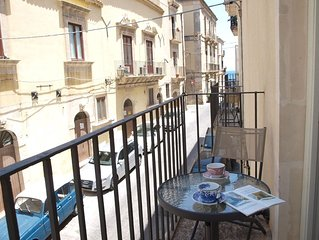 Lovely apartment with balcony in the heart of Ortigia, 30m away from the beach