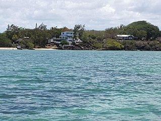 Villa pied dans l'eau  rdc ou rdc et 1er étage , plage privée  , piscine