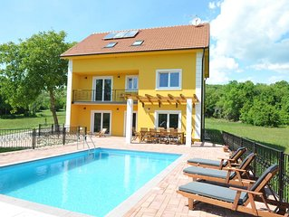 DETACHED HOLIDAY HOME WITH SWIMMING POOL FOR UP TO 10 PERSONS
