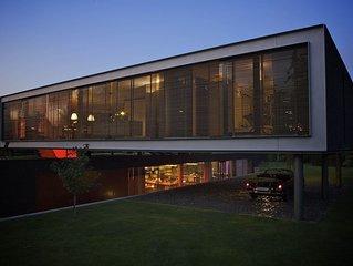 Prachtige moderne onder architectuur gebouwde villa met grote tuin