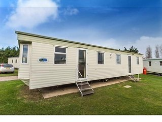 Spacious 8 berth caravan for hire at Breydon water near Great Yarmouth ref 10035