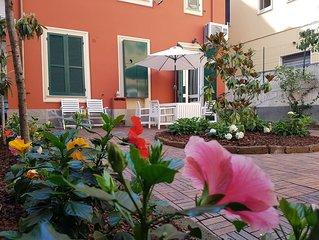 Villetta indipendente con giardino sita in centro a Rapallo.