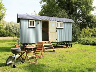 Beautifully crafted Shepherd Hut with en-suite in peaceful stunning countryside