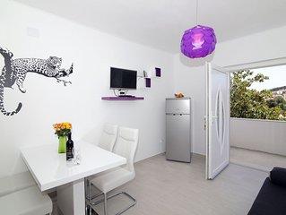 MODERN 1 BEDROOM APARTMENT - near beach,free parking,sat tv,WIFI,great location