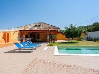 Villa Chloe, a pochi km da Cagliari con piscina privata, giardino, prato verde