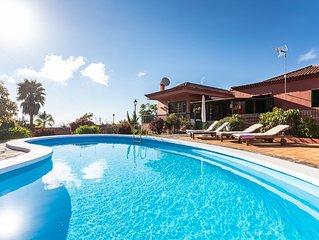 Preciosa villa llena de rincones magicos, con piscina y muchas sorpresas.