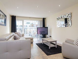 City Centre Luxury Apartment: Free Parking & Wifi