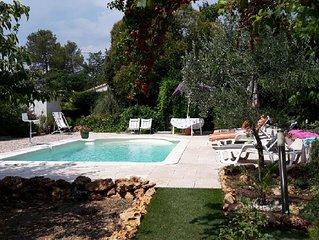 Rez de villa 2 chambres avec piscine privée sur jardin boisé