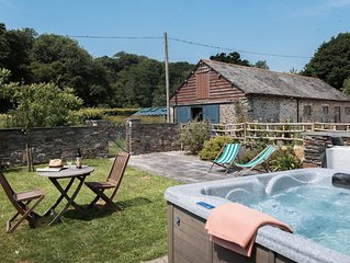 Award winning cosy cottage with private hot tub & log burner