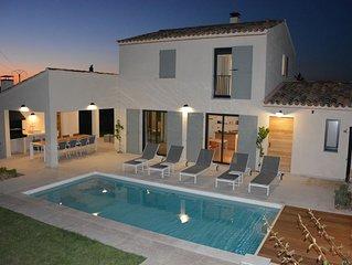 Ruime vakantiewoning in moderne Provençaalse stijl, aan de voet van de kale berg