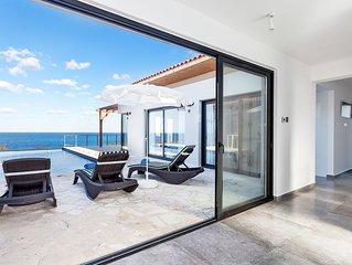 Designer Blue Villa 4 Bedroom 4 En-suite Sea front Location