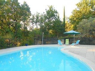 Un havre de paix  à l'ombre des chênes. Deux chambres, clim, piscine, terrasse