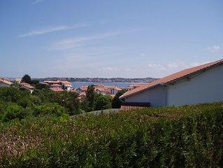 Socoa, écume et fleurs des champs pour cette location vue mer St Jean de Luz