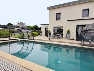 Maison d architecte avec piscine couverte et  chauffee, sauna, jeux.