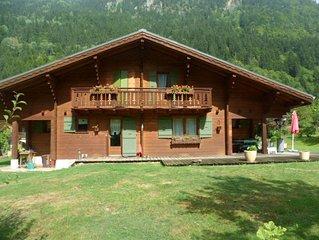 12 places - 6 chambres - 250m2 + 3.000m2 de jardin - 8 mn du ski - vue Montblanc