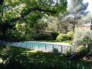 Au pied du Luberon, maison de charme, tres calme a  100 m du centre du village.