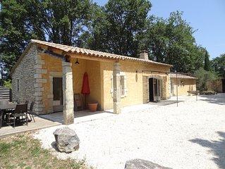 Maison entre des champs de lavandes et un bois de chênes située prés de Grign