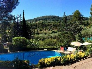 VILLA, piscine privee, jardin , au calme, dans les pins.