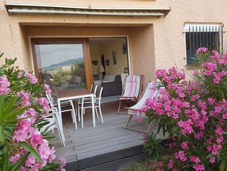 Appartement 45 m² : terrasse et courette privatives, piscine, parking, jolie vue