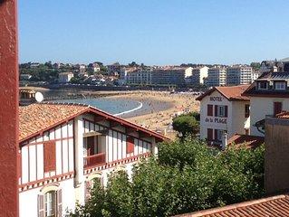 St Jean de Luz, à 50 m de la plage.Appartement lumineux vue baie.Tout à pieds.