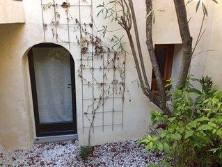 Près d'Uzès, chambre avec patio et coin cuisine dans maison de charm