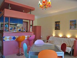 Un appartement tout en couleurs à 150 mètres de la mer Méditerranée, climatisé