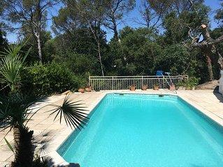 Dans un écrin de verdure, villa d'architecte avec piscine