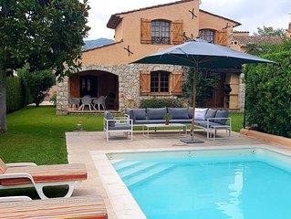 Magnifique villa renovee au style provencal avec piscine et quai prive.