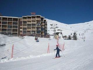 Véritable pied des pistes, avec vue panoramique sur la station. Garage box ski