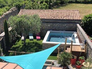 Maison en pierre rénovée dans le centre du village, climatisation et piscine