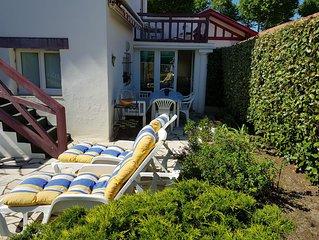 Maison avec jardin. Terrasse équipé d'un store électrique. barbecue