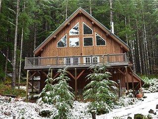 Tri-level 10-person Mountain Home w/Hot Tub near skiing & Mt Rainier NP
