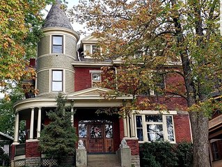Victorian Beauty turned condo - 5 min to downtown!