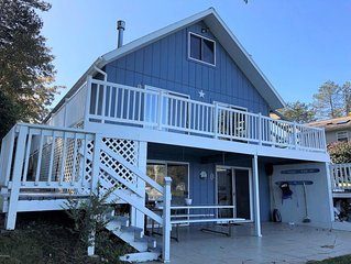 Cottage on the lake with hot tub-sleeps 15 Year round family retreat