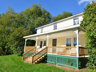 DELUXE 4 Bedroom Farmhouse near Skiing, Colleges, All Star Village, Weddings