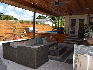 Outdoor Oasis HUGE 4/2.5 private pool/patio Great for entertaining sleeps 12