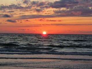 WALK TO INDIAN ROCKS BEACH FOR GORGEOUS SUNSETS!