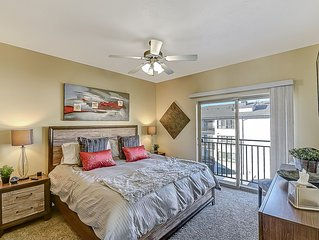 ★ King Bed ★ Downtown ★ Fast WiFi ★ Hot Tub ★