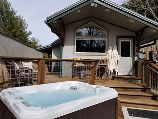 Romantic , 5 miles to downtown Asheville, Private, Hot Tub, Fireplace, Fenced