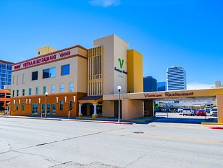 Beautiful Art Deco Suite Located Near Downtown & The Marina- Unit 7 Queen