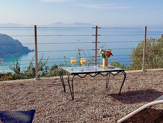 Villa vue mer panoramique , grande terrasse et jardin méditerranéen, au calme.