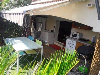 Coquet studio 30 m² et jardin aménagé 35 m² sur colline de Nice, vue mer.