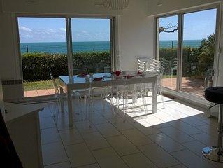 Villa lumineuse en front de mer avec superbe vue mer